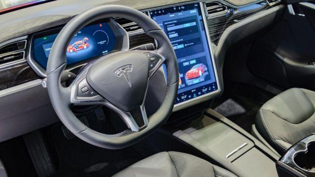 टेस्ला गाडीमा सेल्फ ड्राइभिङ सफ्टवेयरको अपडेट सार्बजनिक